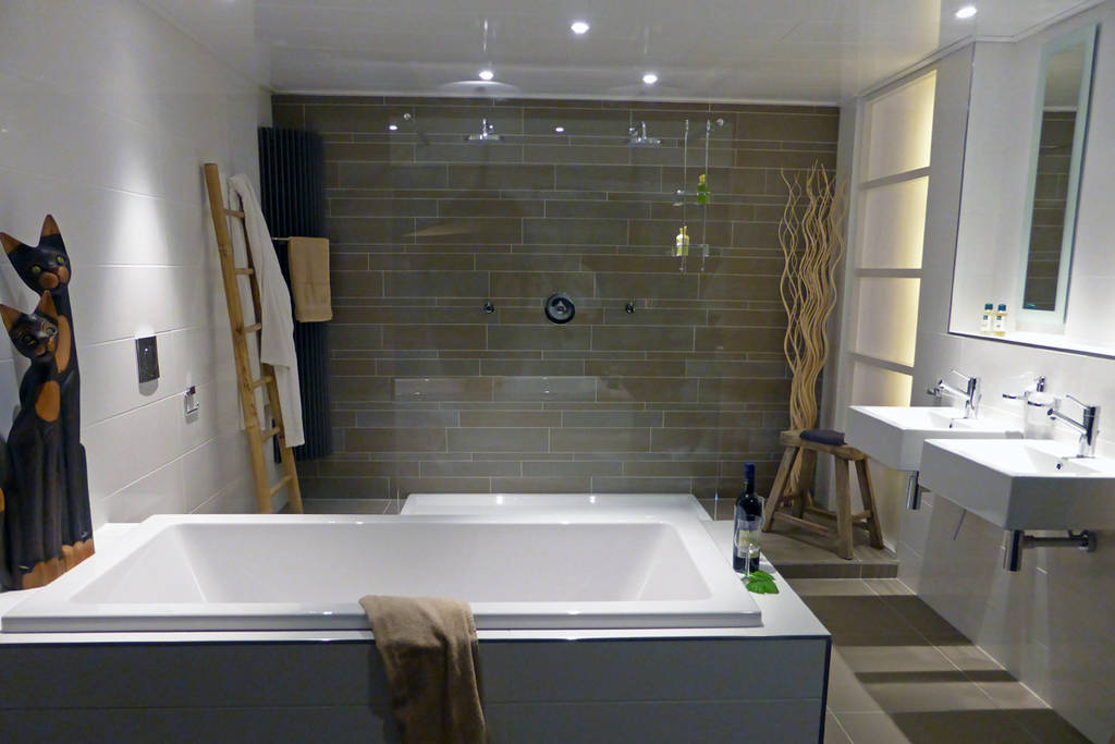 Moderne badkamers strak en eigentijds - Foto in een bad ...