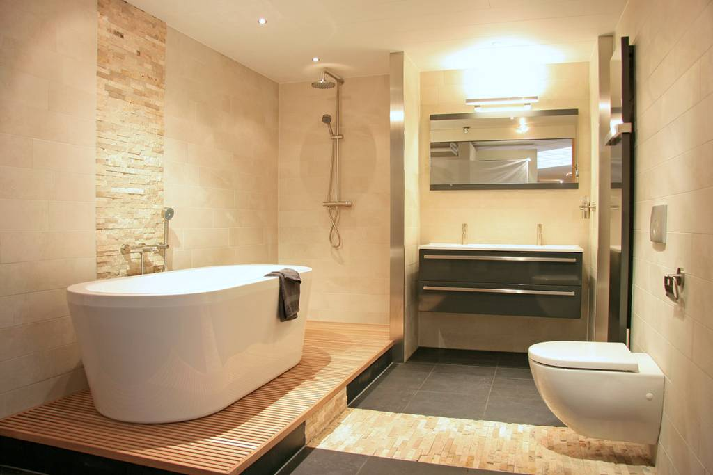 Strakke badkamers: modern en klassiek