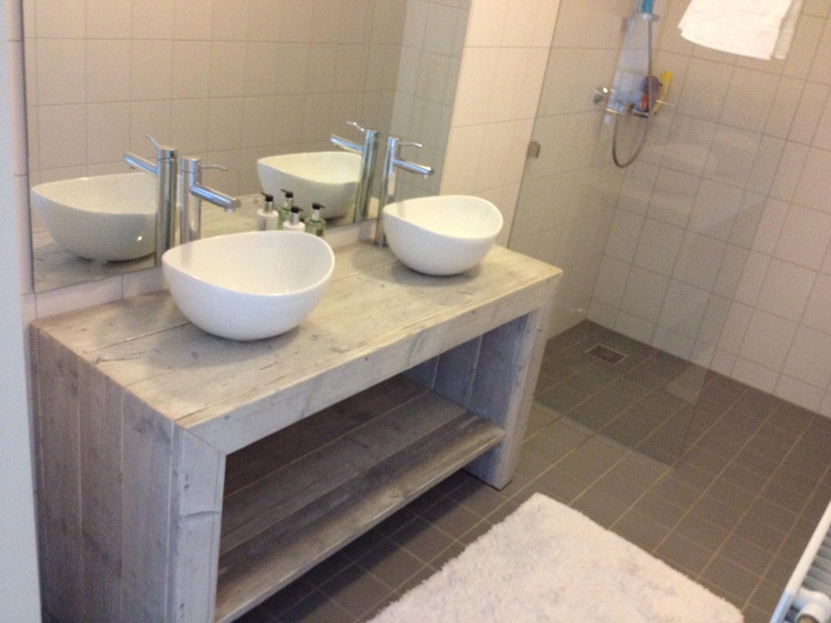 Steigerhout in de badkamer: slim of onverstandig?